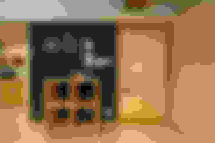 黒板と無垢材の融合: 株式会社 アポロ計画 リノベエステイト事業部が手掛けた壁です。