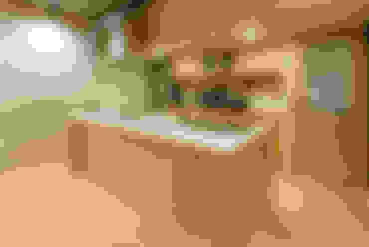 無垢材のアイランドキッチン: 株式会社 アポロ計画 リノベエステイト事業部が手掛けたキッチンです。