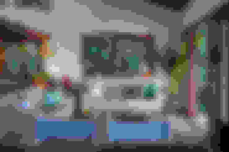 Casa de praia - Guaecá SP: Salas de estar  por Lucia Manzano
