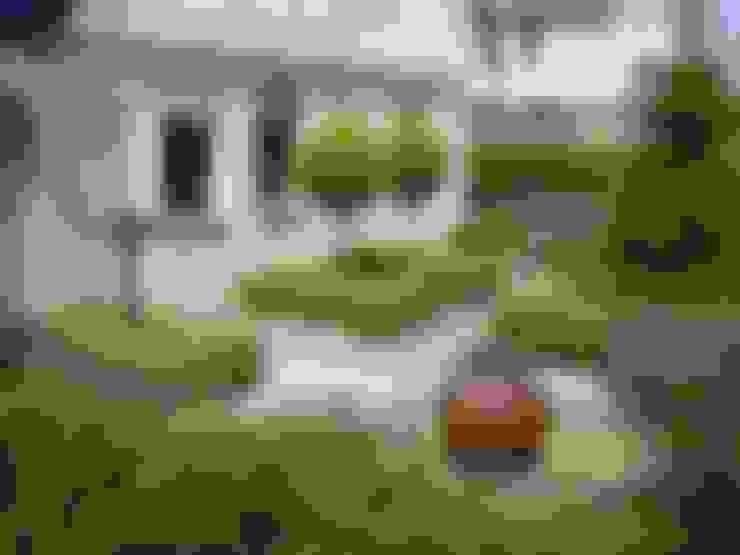 Voortuin met veel elementen:  Tuin door Mocking Hoveniers