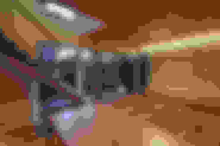 京都市Tn邸: 空間工房 用舎行蔵 一級建築士事務所が手掛けたリビングです。
