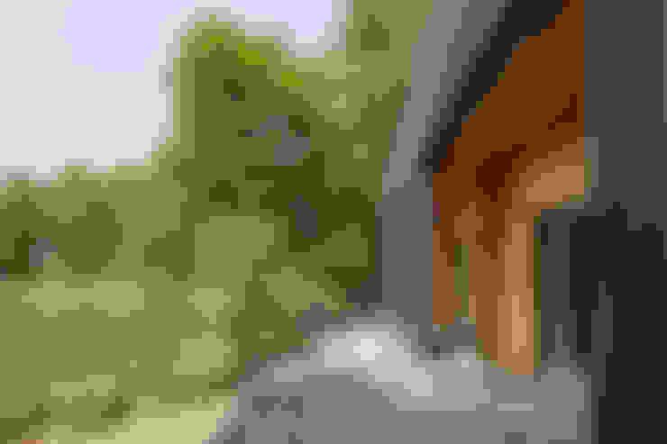 屋外テラス: 久保田章敬建築研究所が手掛けたテラス・ベランダです。
