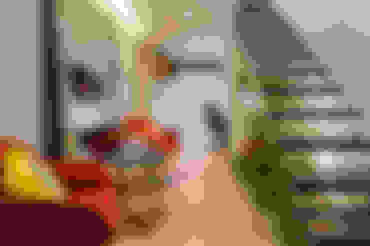 Couloir et hall d'entrée de style  par Lo. interiores