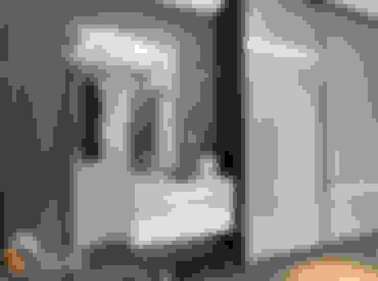 Pasillos y vestíbulos de estilo  de Лаборатория дизайна 'КУБ'