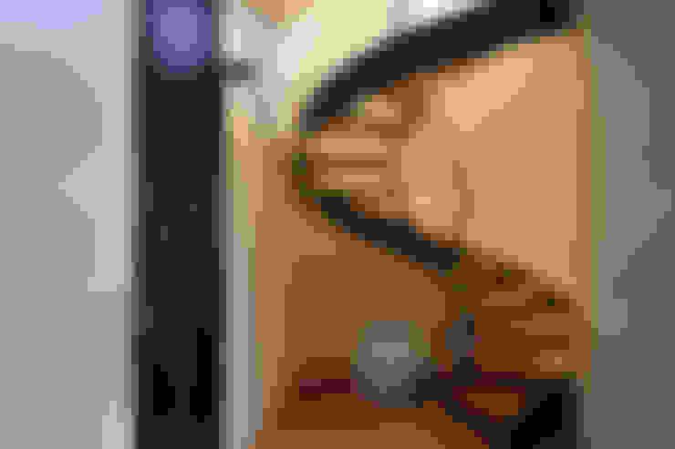 Pasillos y vestíbulos de estilo  por Blocco 8 Architettura