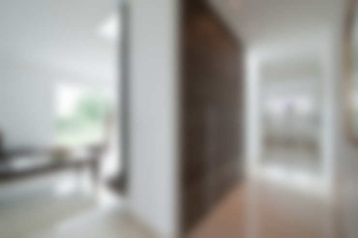 Corredor, vestíbulo e escadas  por Architektur Jansen