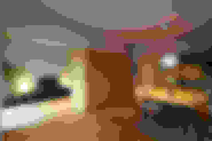 リビングダイニング04(可動棚で間仕切った場合): 山田伸彦建築設計事務所が手掛けたリビングです。