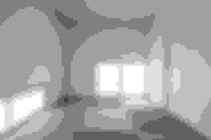 コの字の家 和室: 腰越耕太建築設計事務所が手掛けた和室です。