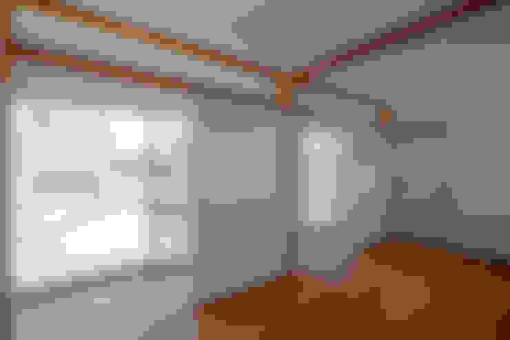 コの字の家 子供室: 腰越耕太建築設計事務所が手掛けた子供部屋です。
