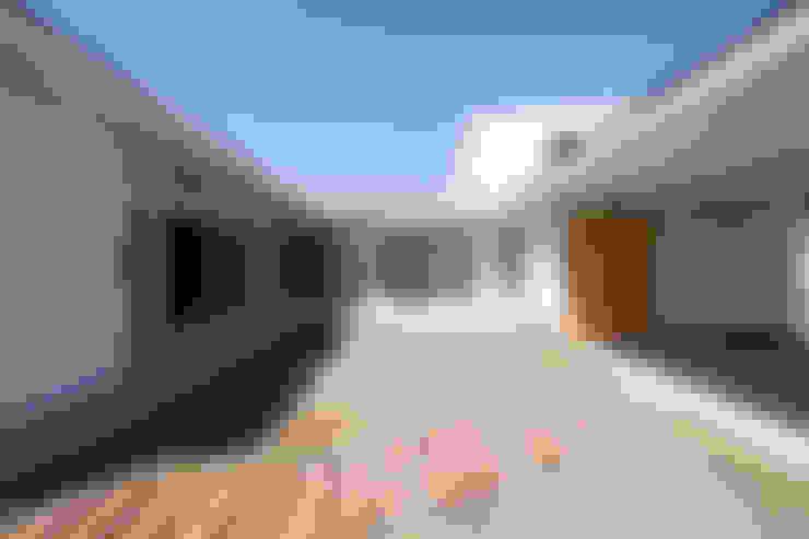 コの字の家 中庭2: 腰越耕太建築設計事務所が手掛けた庭です。