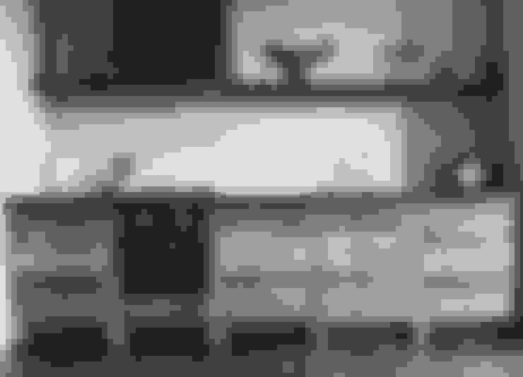 Oud eiken industriële keuken:  Keuken door RestyleXL
