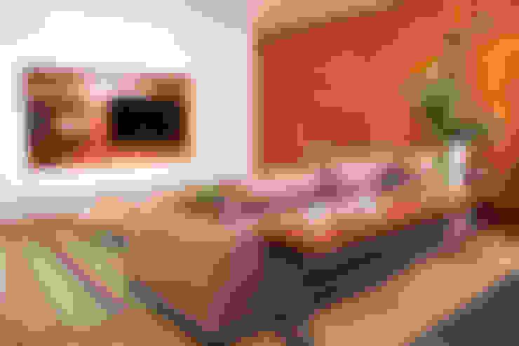 Sala multimedia de estilo  por TocoMadera