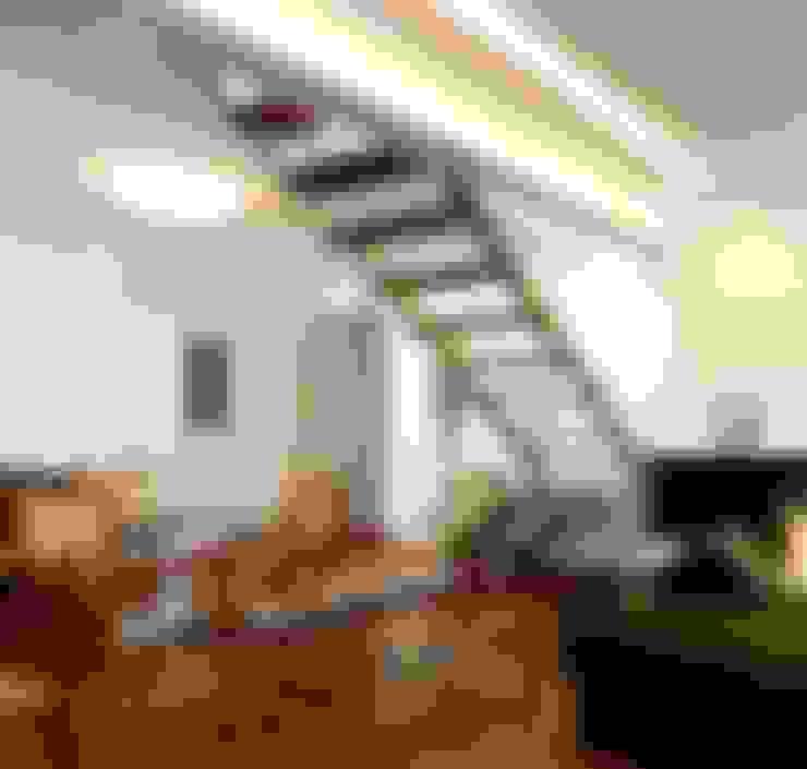 Escada: Corredor, vestíbulo e escadas  por Escritório de Arquitetura e Interiores Janete Chaoui