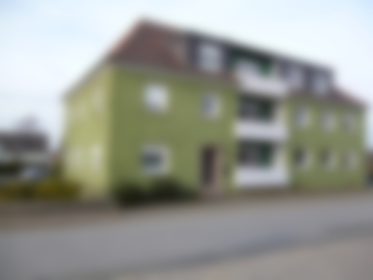 das Haus vor der Sanierung im Stil der 70er Jahre:   von Maklerkontor Brand & Co. Immobilienmakler GmbH & Co. KG