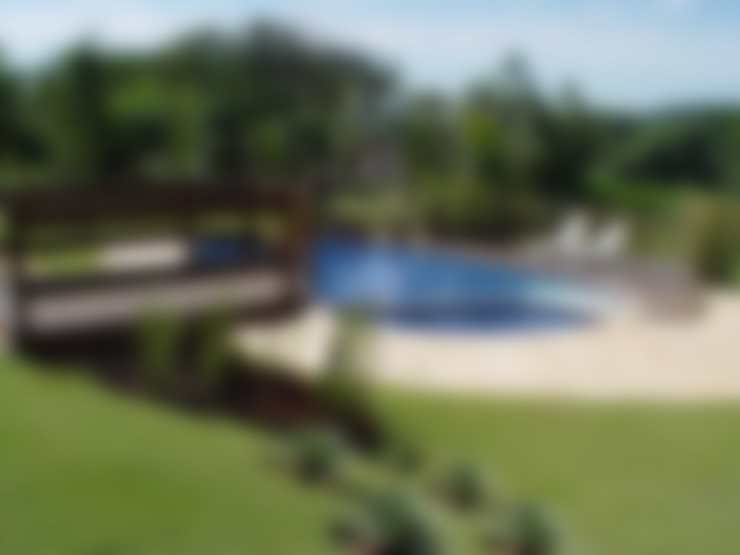 Residenciais: Piscinas  por Roncato Paisagismo e Comércio de Plantas Ltda