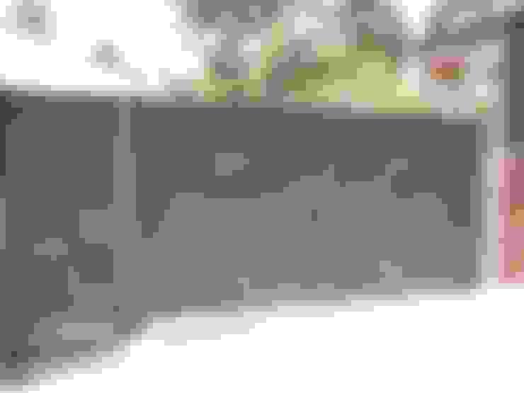 PUERTAS MOD. ONDAS: Puertas de garaje de estilo  de CIERRES METALICOS AVILA, S.L.