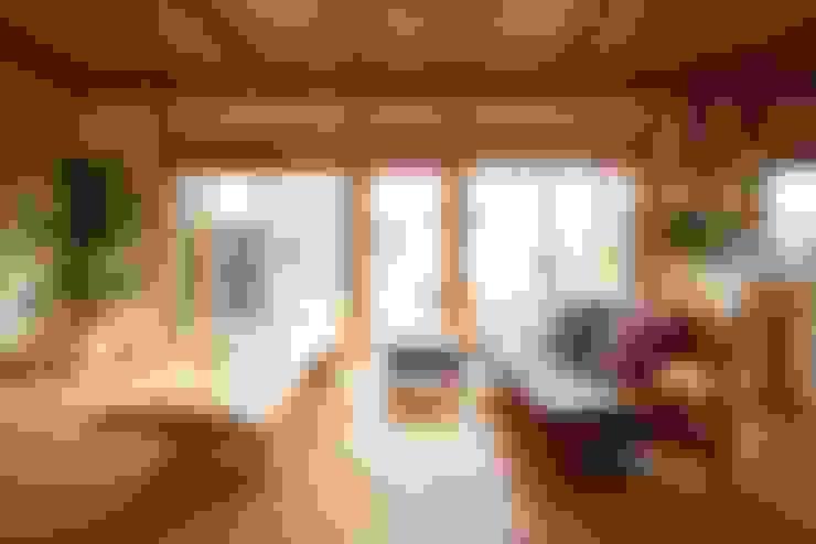 Salas de estar  por 三宅和彦/ミヤケ設計事務所