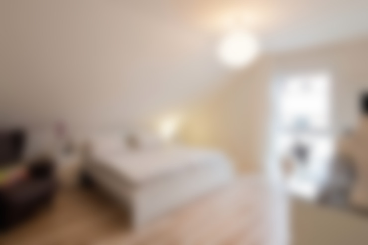 Dormitorios de estilo  por FingerHaus GmbH - Bauunternehmen in Frankenberg (Eder)