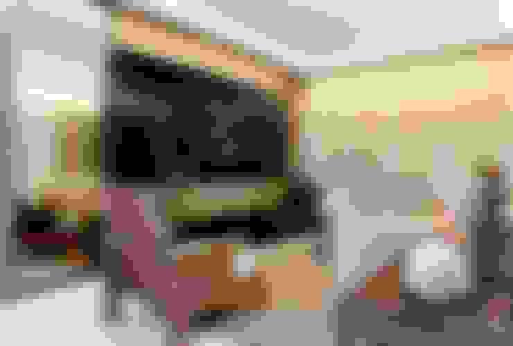 Em clima de veraneio: Salas de estar  por Carol Mendonça Arquitetura