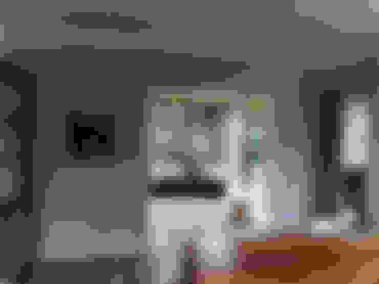 Zicht vanuit woonkamer naar tuinkamer:  Serre door Roorda Architectural Studio