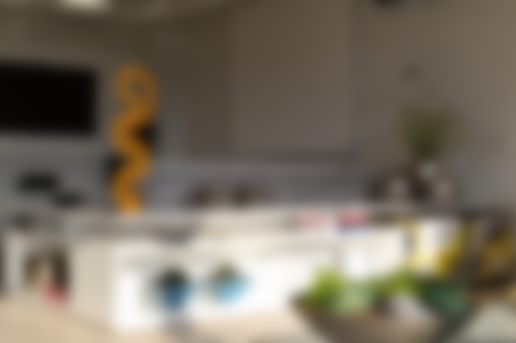 Apartamento para um jovem casal em tons de cinza: Sala de estar  por Helô Marques Associados