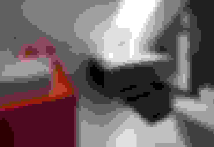Modern binnen traditionele grenzen:  Badkamer door MEF Architect