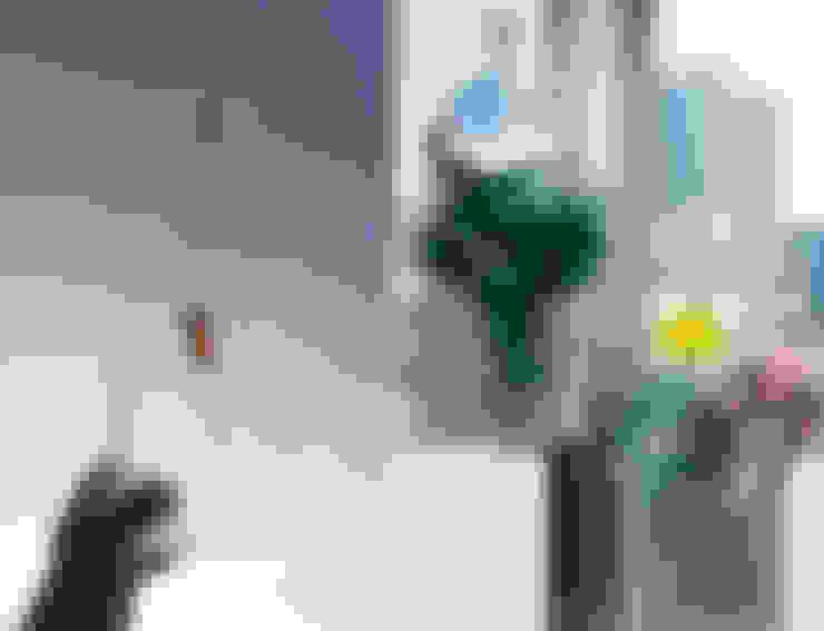 点滴パックを給水に利用したプランター: 遠藤浩建築設計事務所 H,ENDOH  ARCHTECT  &  ASSOCIATESが手掛けたバルコニー&ベランダ&テラスです。