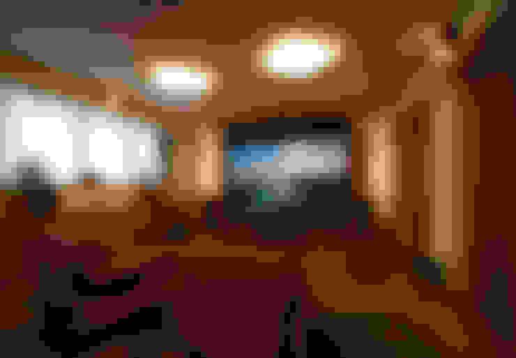 リビングには、オーディオ機材が入りシアタールームに・・・: 遠藤浩建築設計事務所 H,ENDOH  ARCHTECT  &  ASSOCIATESが手掛けたリビングです。