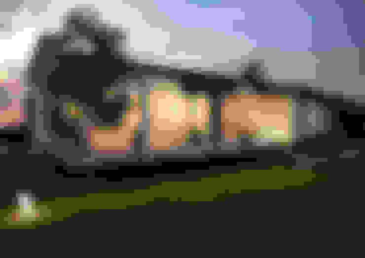 """Загородный дом в поселке """"Европейский"""": Дома в . Автор – Architectural Bureau DAOFORM"""