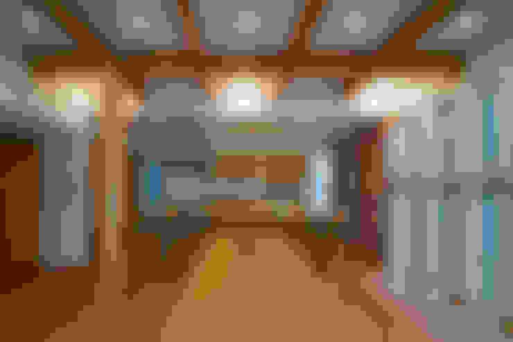 鳳南の家: 木の家プロデュース 明月社が手掛けたリビングです。