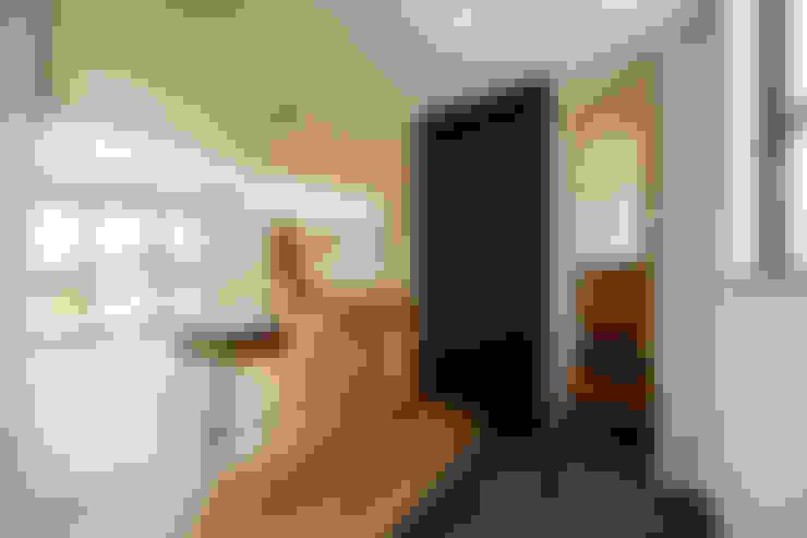 Pasillos y recibidores de estilo  por 一級建築士事務所haus