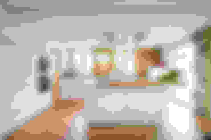 Küche weiß hochglänzend mit Altholz:  Küche von Atelier für Küchen & Wohnkultur Laserer