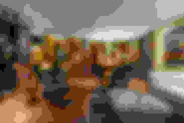 Estúdio do Lago: Salas de estar  por Johnny Thomsen Arquitetura e Design