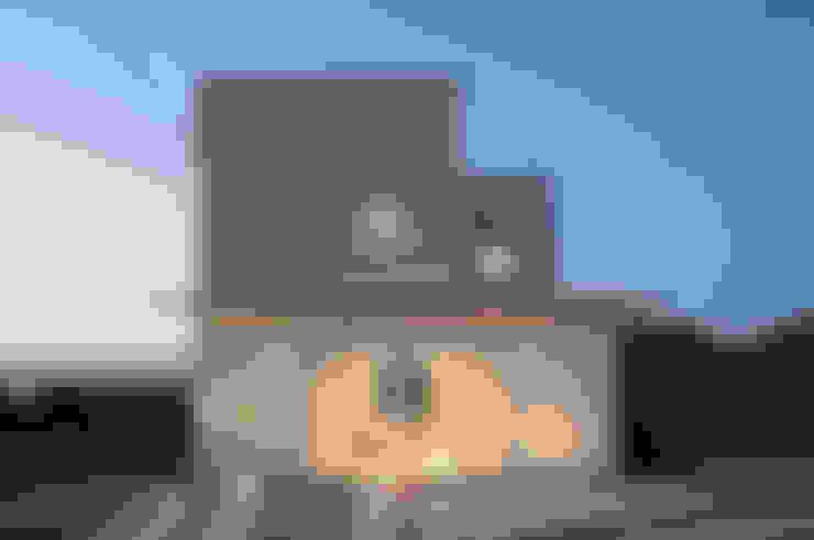 Maisons de style  par IZUE architect & associates
