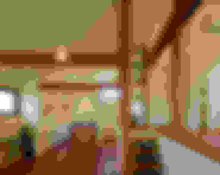 ダイニングからキッチンが見え隠れする: アール・アンド・エス設計工房が手掛けたキッチンです。