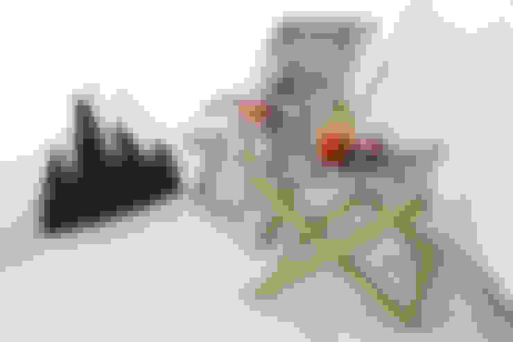 편안한 원목 키즈체어: (주)꿈비의  멀티미디어 룸