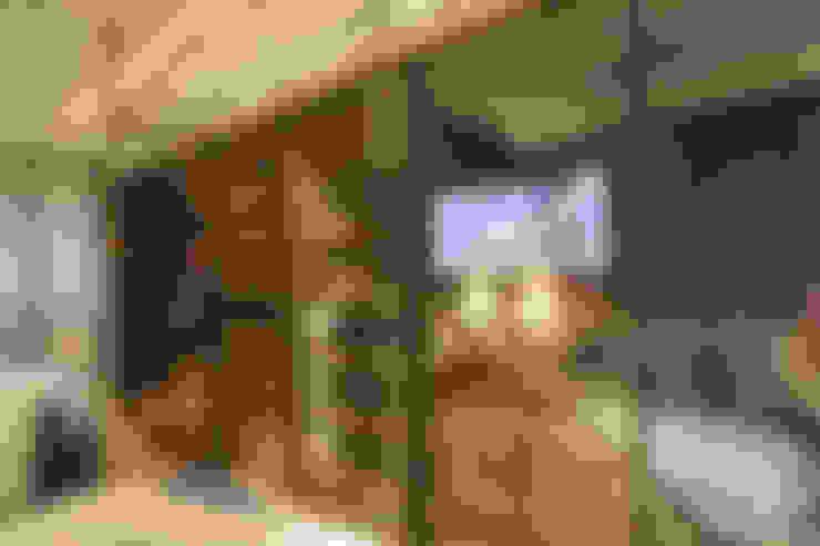 Apartamento Itacorubi Gran Classic 1: Closets  por ANNA MAYA ARQUITETURA E ARTE