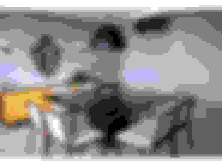 Sala de jantar, mesa preta, aparador amarelo, lustre fosco: Salas de jantar  por LX Arquitetura