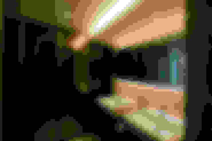엄마만을 위한 공간과 넓은 주방_36py: 홍예디자인의  욕실