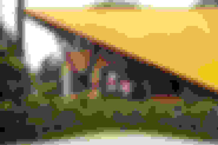 Detalhe da estrutura da cobertura: Casas  por Carlos Bratke Arquiteto