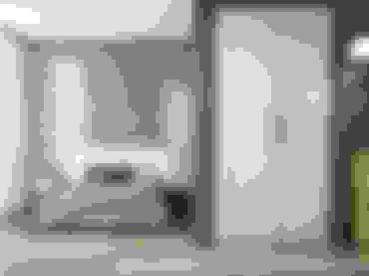 Armarios Abatibles: Vestíbulos, pasillos y escaleras de estilo  de TODOMADERA ESTEPONA