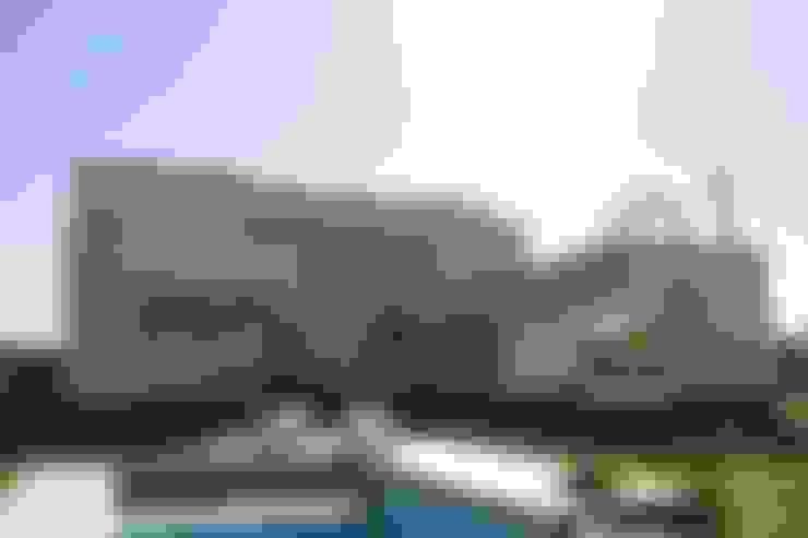 Priorizando la vida al exterior: Casas de estilo  por CB Design