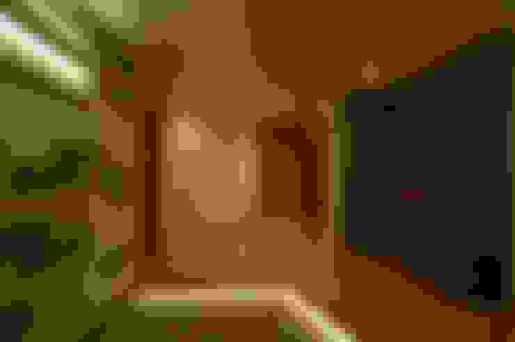 Corridor & hallway by 合同会社 栗原弘建築設計事務所