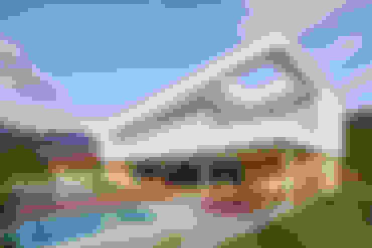 Casa Guaecá : Casas  por Conrado Ceravolo Arquitetos