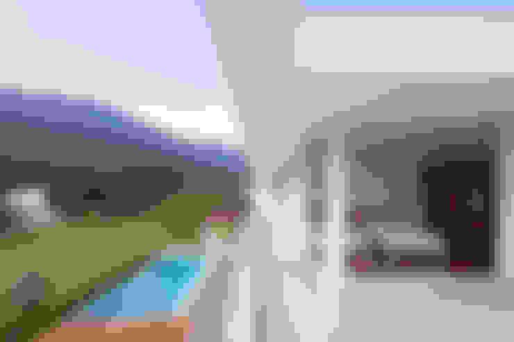 Casa Guaecá : Terraços  por Conrado Ceravolo Arquitetos