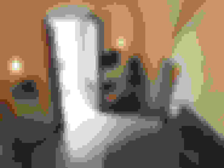 Dormitorios de estilo  por Ossigeno Architettura