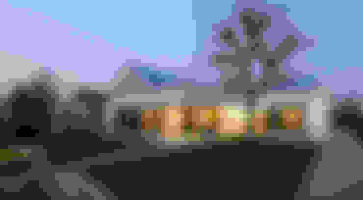 Achtergevel nieuw met avondverlichting:   door OTTENVANECK architecten & vormgevers