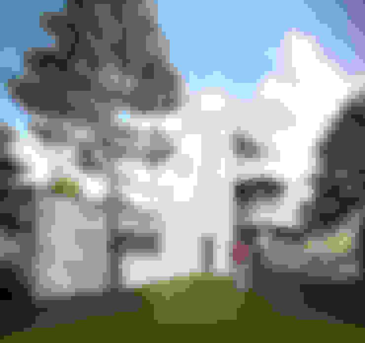 tuingevel garage/keuken: Vrijstaand woonhuis voor Elisabeth & Hugo:   door Archivice Architektenburo