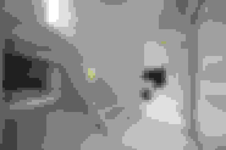 house in karuizawa: 株式会社廣田悟建築設計事務所が手掛けた廊下 & 玄関です。