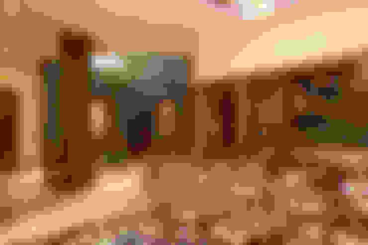 Residence Sangeeta:  Dining room by Kumar Consultants